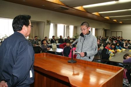 校長の宮本組合長(左)に謝辞を述べる児童代表