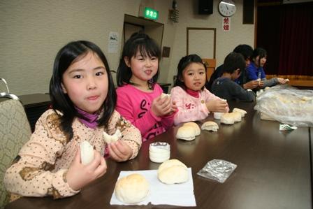 手作りバターで米粉パンをほおばるスクール生