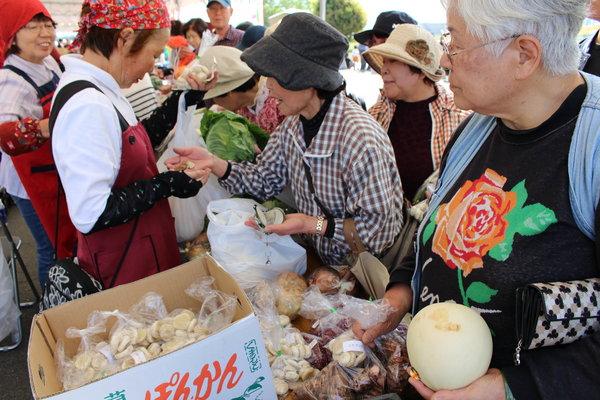 大盛況の野菜販売