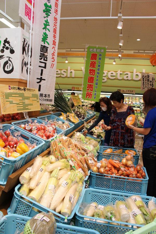 旬の野菜が並び大勢の購入客で賑わう直売コーナー