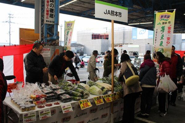 メイン会場の水産セリ場で農産物直売所夢未来の新鮮野菜を販売