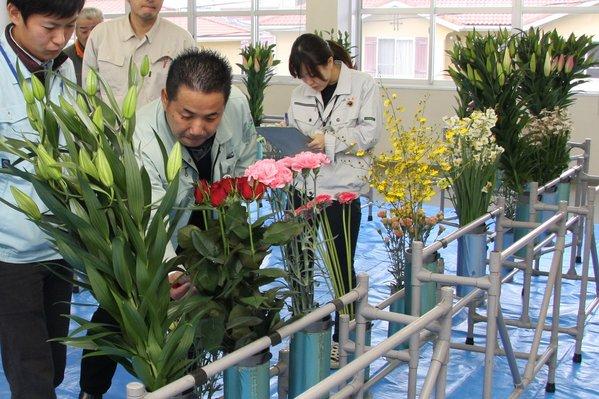 花の品質や見栄えを審査する審査員ら