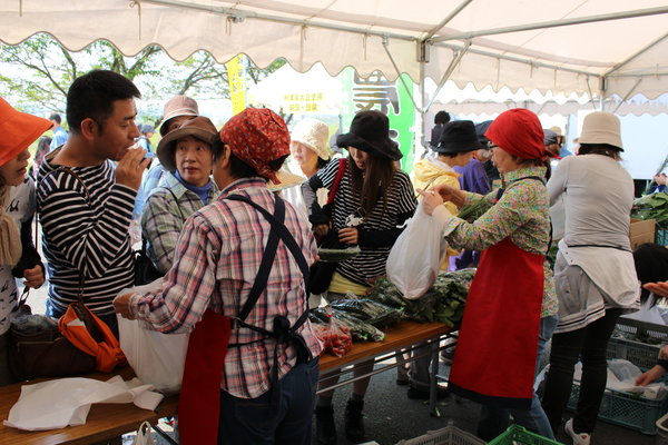 女性部による野菜販売