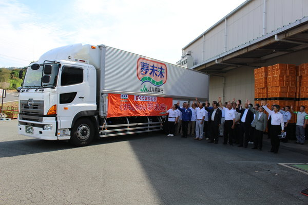 極早生温州ミカン「豊福」を積んだトラックを見送る部会役員ら