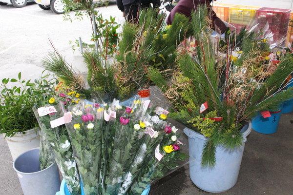 生花のほか、しめ縄飾りもあります