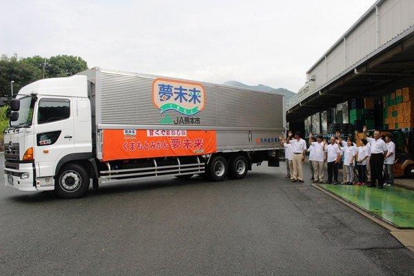 「豊福早生」約150トンを積んだトラックをお見送り