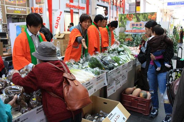 青壮年部による新鮮野菜の販売