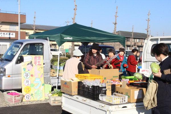 手作り看板が目印。荷台に野菜や漬け物を並べ販売。