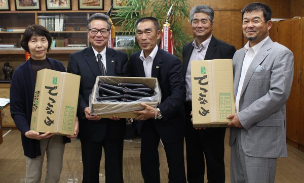 役員室で宮本隆幸組合長(左から2番目)に「でこなす」を贈呈した小山部会長(中央)