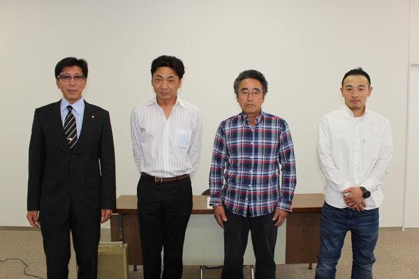 表彰者と中村部会長(左)