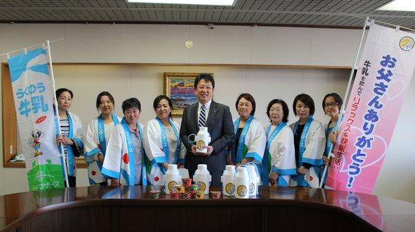 大西市長(中央)に牛乳を手渡しました。