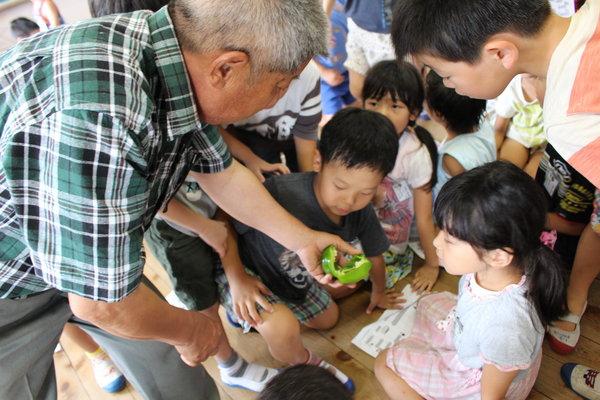 子どもたちはピーマンに興味津々でした。