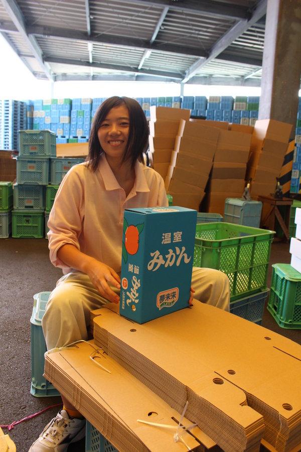器用に箱作りをこなす上村麗さん(16)