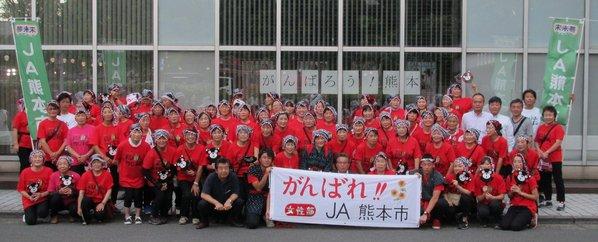 約80人の女性部員とJA職員が踊り歩きました。