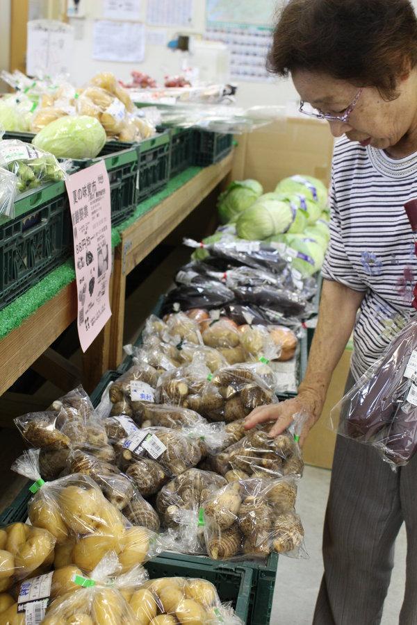 旬の野菜を買う常連の園田さん