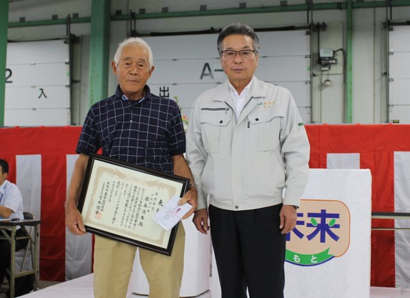 中晩柑の部表彰者の藤森澄春さんと宮本組合長(右)