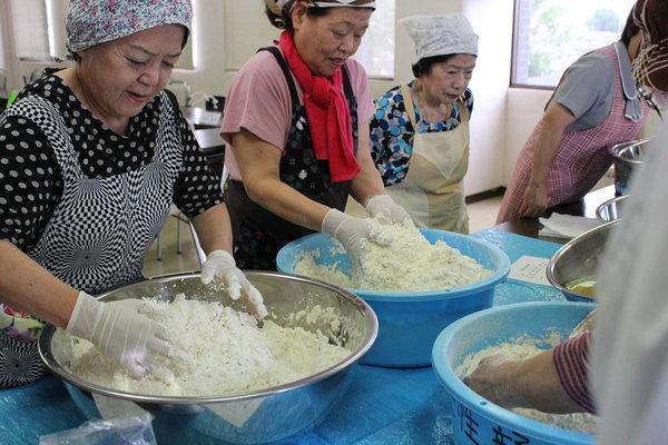 大豆と煮汁、調味料がしっかり馴染むまで、重量のある生地を混ぜ合わせます。