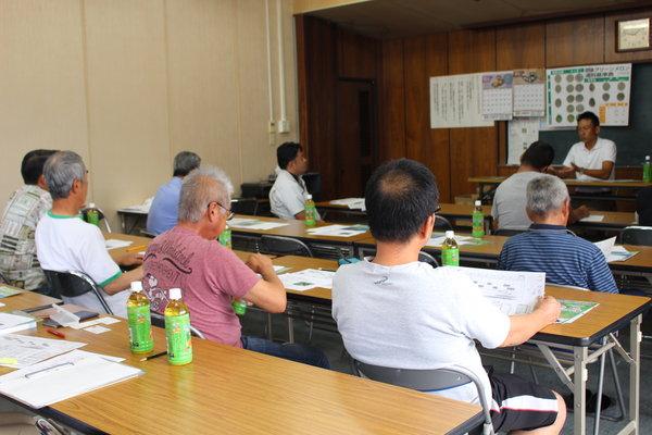 メロン「肥後グリーン」の栽培講習を受ける部会員ら