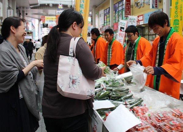 新鮮な野菜を販売する青壮年部員
