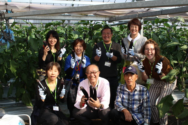 小山永治ナス部会長のハウスで収穫体験