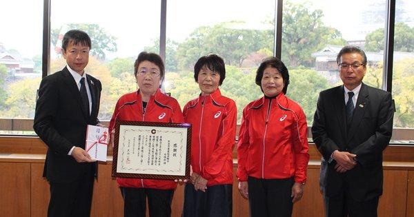 宮本組合長(右)らが植松副市長(左)へ支援金を手渡しました