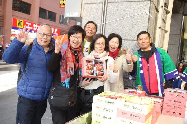 イチゴ「ゆうべに」に観光客も大満足でした
