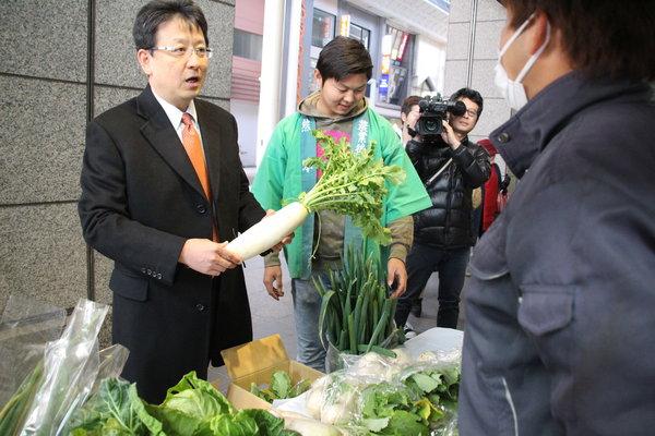 大西一史熊本市長も訪れ、生産者と直接意見を交わしました