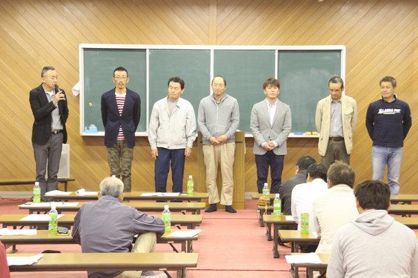再任された中川部会長(左)を始め、新役員があいさつ(8日、総会にて)