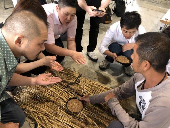 小麦の出来について意見交換をする参加者らと生産者(右)