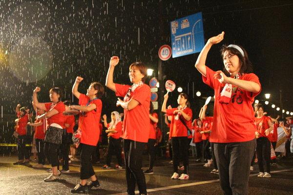 雨の中でも笑顔で踊りぬきました!