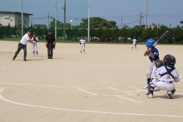 西田勉専務の始球式。なかなか鋭いボールを投げていました