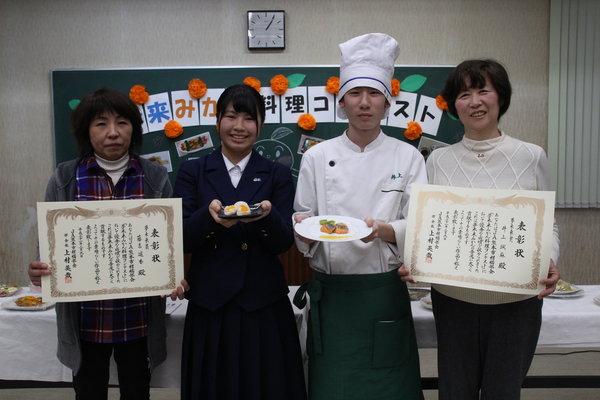 右から木下由美部長、夢未来賞に輝いた井上颯麻さん、藤吉遥香さん、田中安代副部長